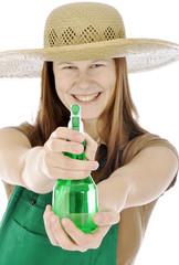 Gärtner zielt mit Sprühflasche und lacht