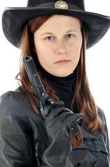 Frau als Sheriff verkleidet hält Pistole