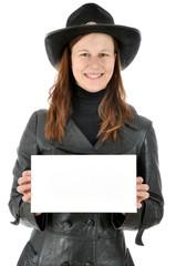 Twen in Cowboy Kostüm hält Schild mit Textfreiraum