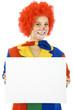 Clown hält leeres Schild mit Textfreiraum