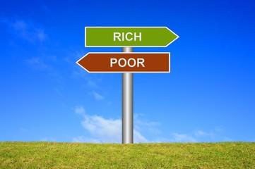 Schild Wegweiser: Arm oder reich