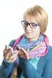 Mädchen schreibt eine SMS auf dem Handy