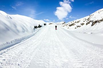 Ragazzo ciaspola su pista di neve