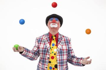 Clown jongliert