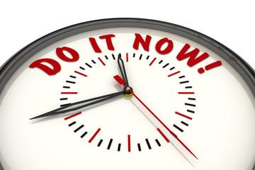 Сделай это сейчас! (Do it now!). Стрелочные часы с надписью