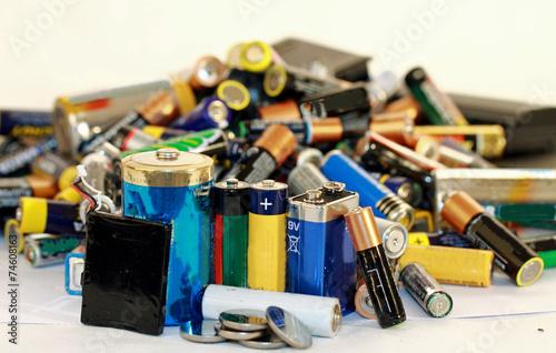 Leinwanddruck Bild Altbatterien im Haushalt