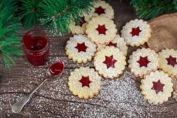 Linzer Kekse auf einem Holztisch