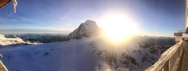 Winter: Sonne überm Gipfel