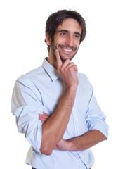Verträumter Mann mit schwarzen Haaren und Bart