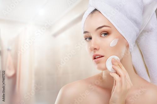 applying cosmetic cream - 74617722