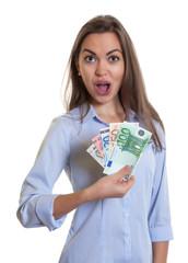 Fassungslose Frau mit langen braunen Haaren und Geldscheinen