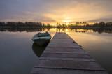 Fototapety łódki zacumowane zimą do drewnianego pomostu
