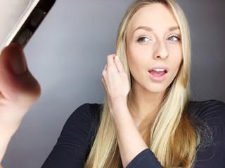 Hübsche Frau macht Selfie