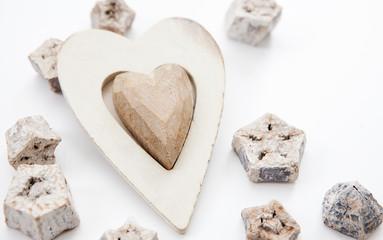 coeur en bois et décorations blanches