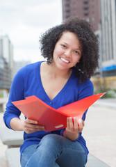 Fröhliche Studentin aus Südamerika in der Stadt