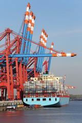 8400-TEU-Containerschiff am Kai
