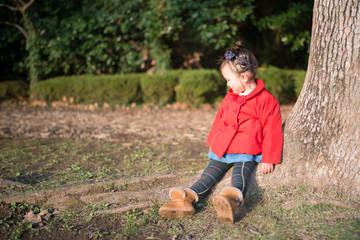 木に座る少女