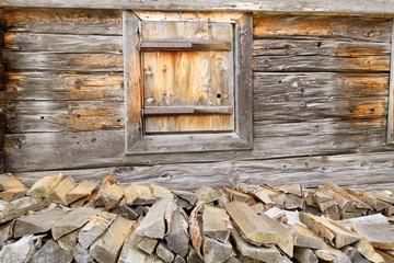 hölzerne Hauswand mit Fenster