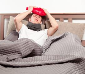 mann mit grippe im bett