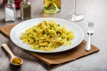 Tagliatelle with chicken curry, leek and garlic