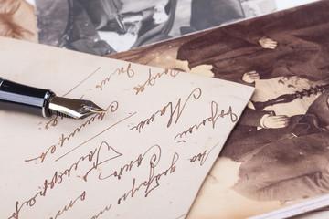 alte Füllfederhalter und alte Fotoalbum