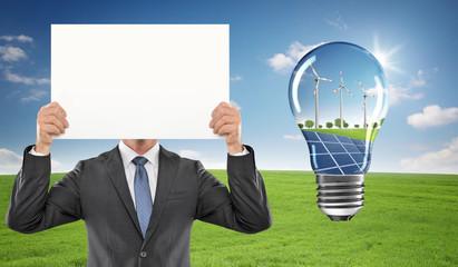 Mann mit Schild / Erneuerbare Energie / Solar / Windkraft
