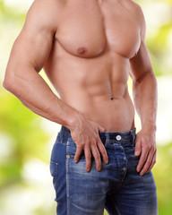 schöner Männerkörper vor grünen Hintergrund
