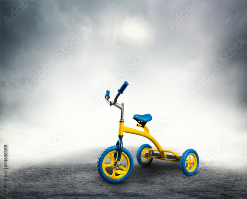 Staande foto Fietsen Yellow kid's bicycle