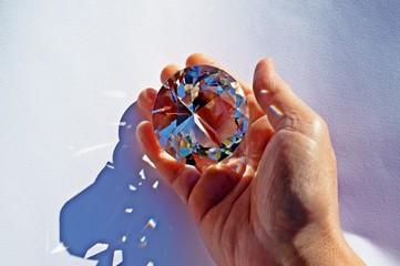 Prisma di cristallo in mano