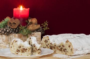 Christstollen mit Weihnachtsdekoration