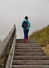 Mädchen steigt Treppe hinauf