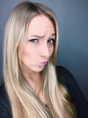 junge Frau macht Duckface