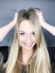 Frau greift sich in die Haare