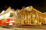 Wien Staatsoper; Opernhaus mit Straßenbahn, Ringstrasse Nacht