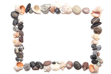 морские камни в форме рамки на белом фоне.