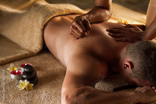 Leinwanddruck Bild Deep tissue massage. Spa setup