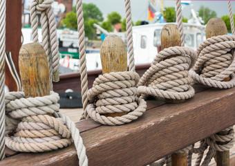 Taue auf Bootsdeck eines Segelschiffs