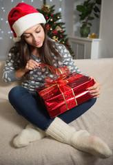 Новый год. Портрет красивой девушки с подарком.
