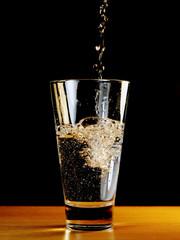 лить в стакан
