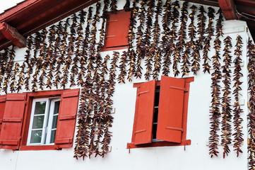 Piment d'Espelette sur  façade maison