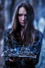 Девушка с горящей книгой