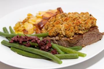 Rinderfilet mit Steinpilzkruste, Kartoffelgratin und Bohnen