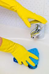 Waschbecken wird geputzt