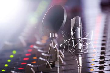Studio Mischpult und Profi Mikrofon