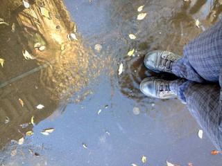 muovere l'acqua con i piedi