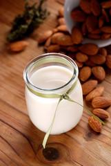 latte di mandorla con frutta secca intorno