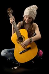 jeune fille avec bonnet et guitare