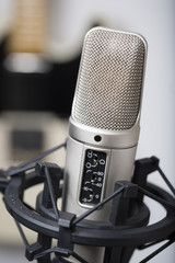 Studiomikrofon mit Gitarre im Hintergrund