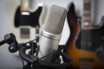 Studiomikrofon mit Gitarren im Hintergrund