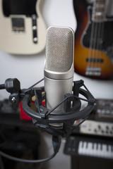 Grossmembran Kondensatormikrofon und Gitarren im Hintergrund